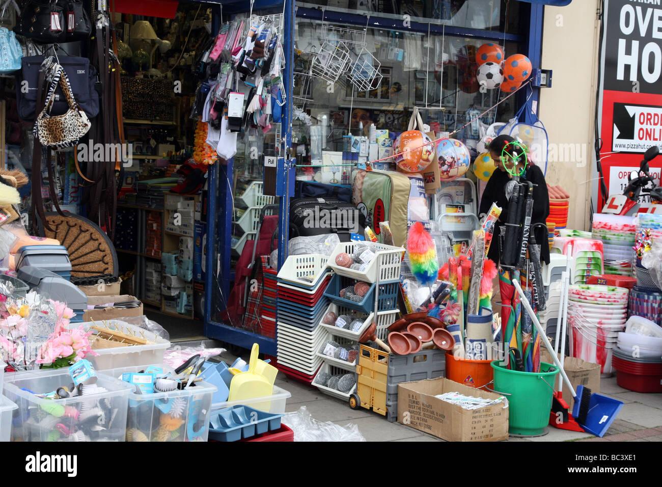 Pound shop on High Road, Kilburn, Londra, visualizzazione di beni economici per la vendita sul lato della strada. Immagini Stock