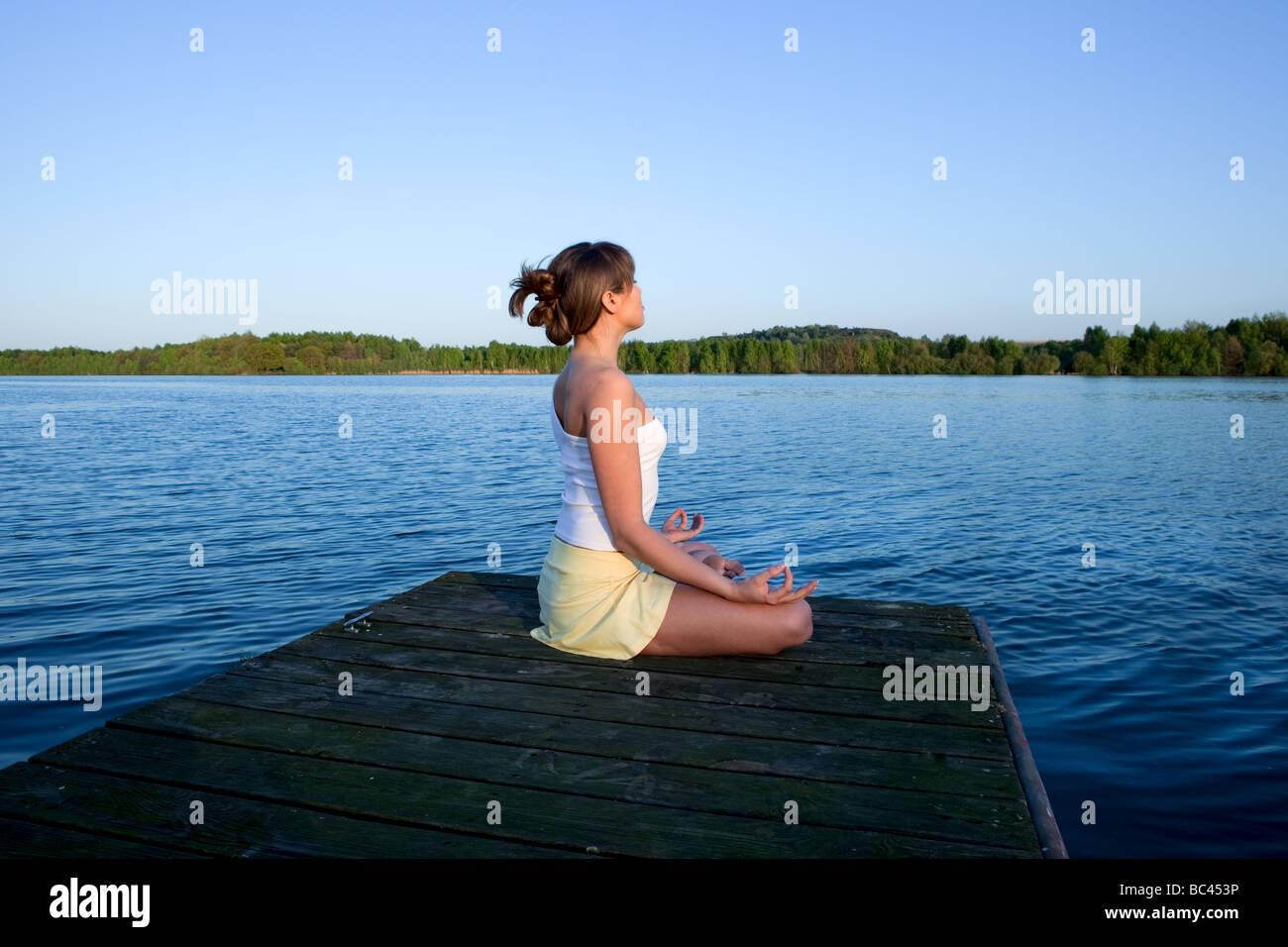 Bella giovane donna facendo esercizio di yoga all'aperto Immagini Stock