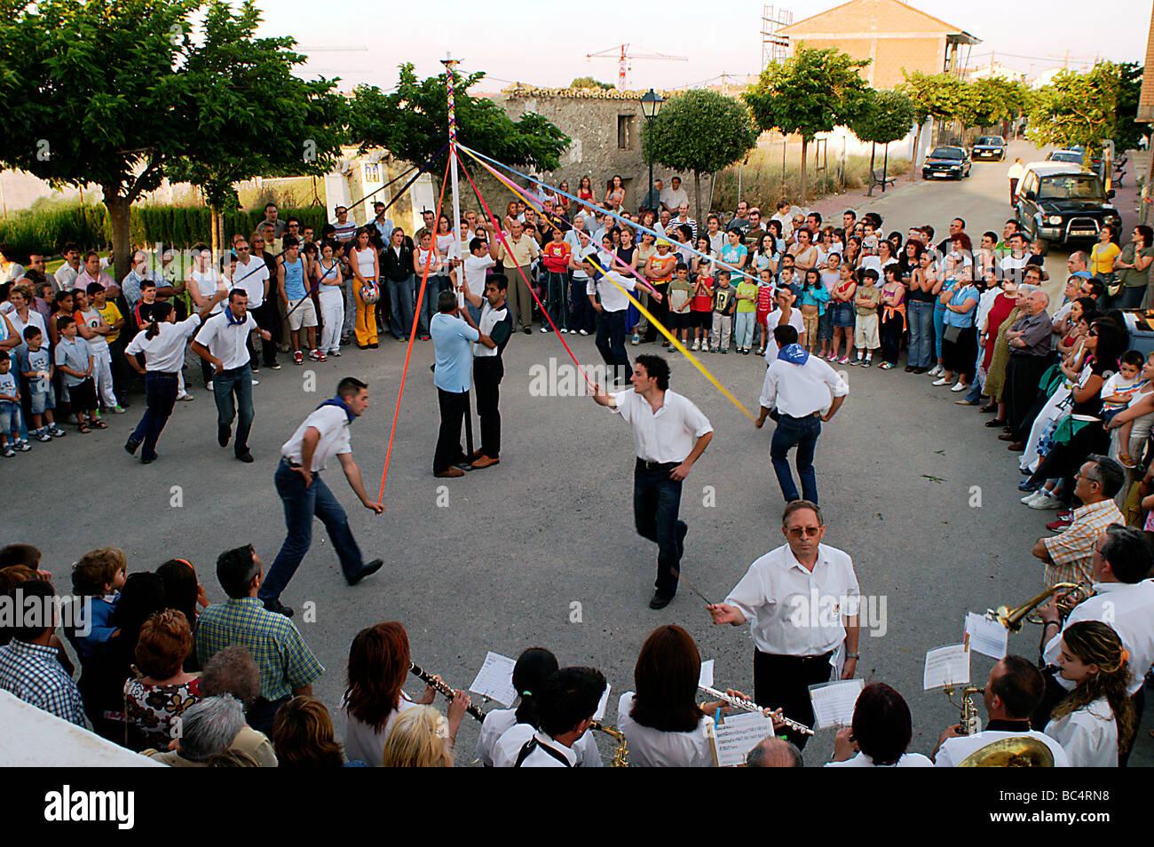 Spagna. Aragona, La Muela. Festa del villaggio. Gli uomini dancing - vistiendo (una medicazione con gli abitanti Immagini Stock