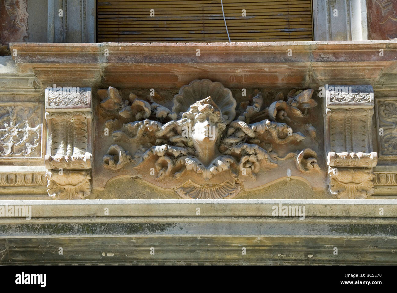 Stile Liberty o Art Nouveau fregio in terracotta decorazione sul lato esterno di un palazzo a Castiglione del Lago Immagini Stock