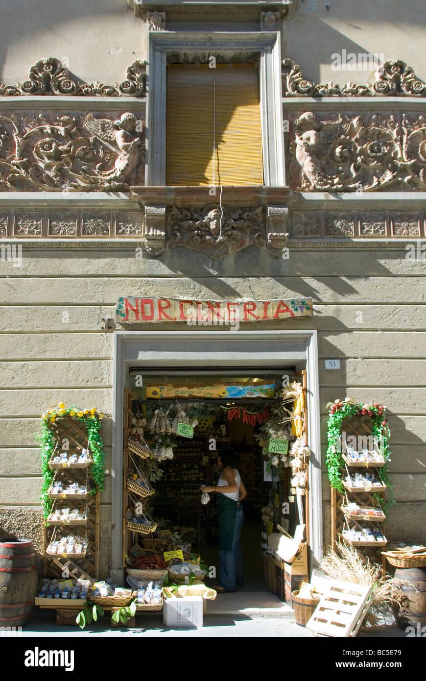 Norceria o specialità alimentari negozio di Castiglione del Lago con un stile Liberty fregio in terracotta Immagini Stock