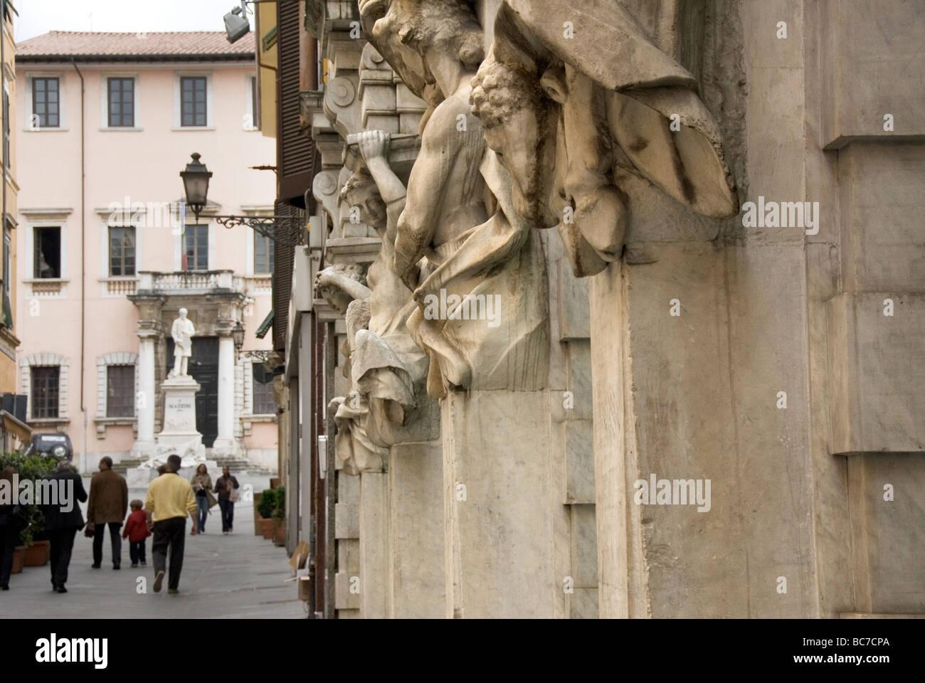 Stile Liberty sculture sulla facciata di una banca. Una statua di Mazzini in background Immagini Stock