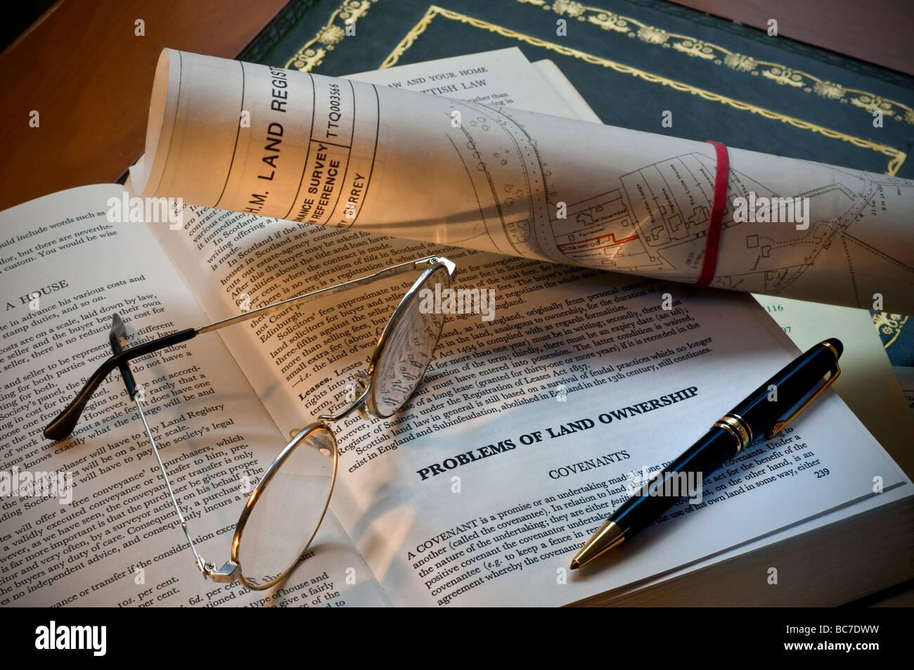 Ufficio Scrivania In Inglese : La legge inglese prenota penna bicchieri e catasto documenti sulla