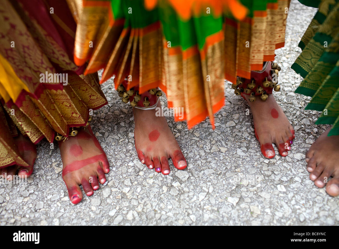 Il dipinto di piedi di tre est indiano o ragazze Indù in attesa di eseguire durante un festival. Immagini Stock