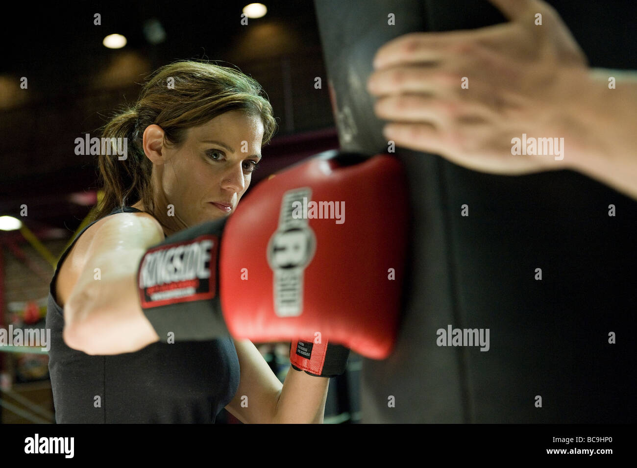 Boxer femmina di formazione presso la palestra Immagini Stock