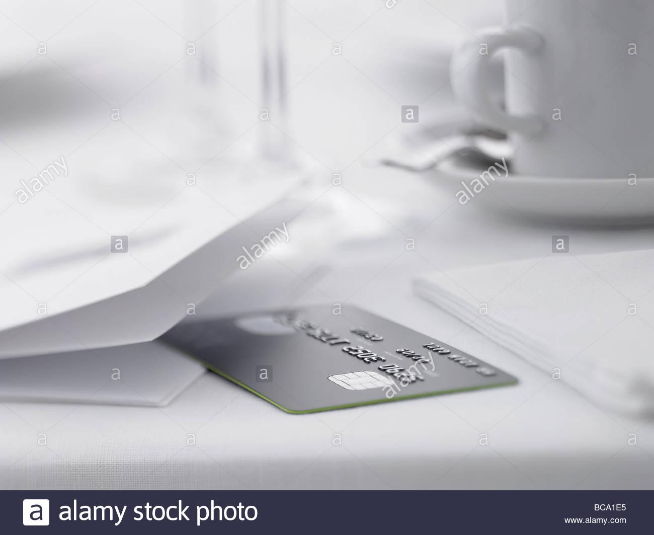 Close up di carta di credito sul tavolo ristorante Immagini Stock