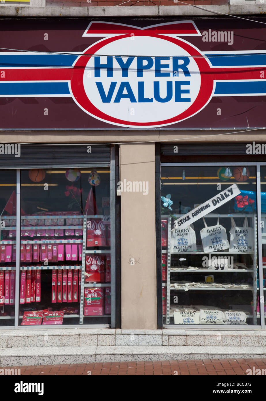 Hyper valore a buon mercato Negozio firmare e finestra Barry Wales UK Immagini Stock