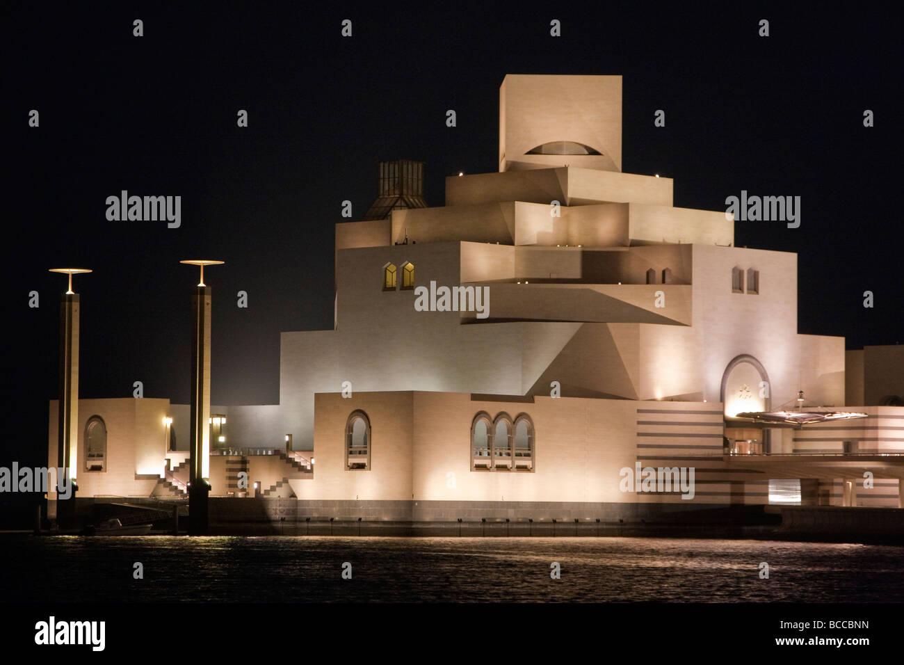 Doha in Qatar. Il Museo di Arte Islamica, Vista notte. Immagini Stock