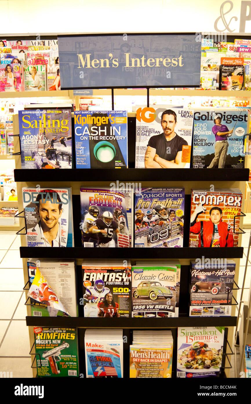 Gli uomini di riviste di interesse sui ripiani, Barnes and Noble, STATI UNITI D'AMERICA Foto Stock