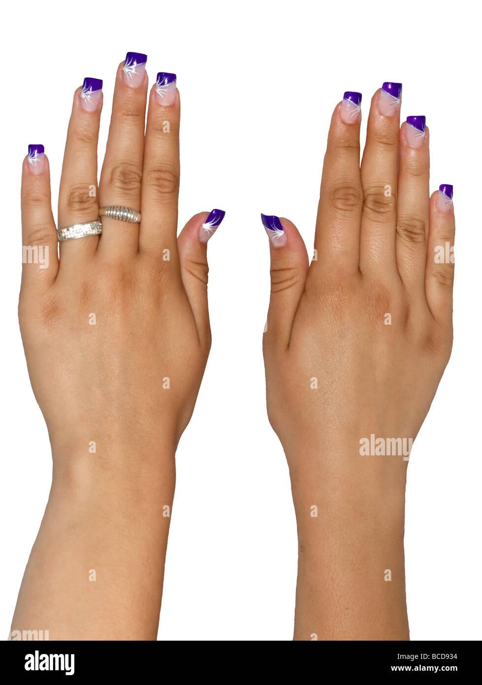 Viola le unghie acriliche sulle mani di una ragazza adolescente Immagini Stock