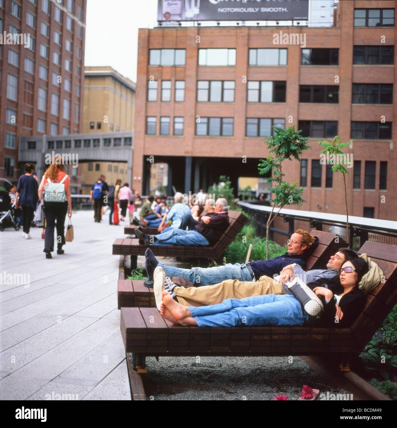Persone relax su legno ipe chaise lounge mobili sulla nuova linea Alta Park a Chelsea, Manhattan New York City USA Immagini Stock