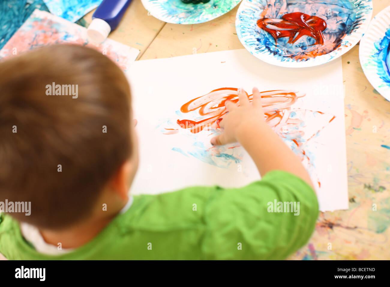 Bambini in età prescolare dito pittura Immagini Stock