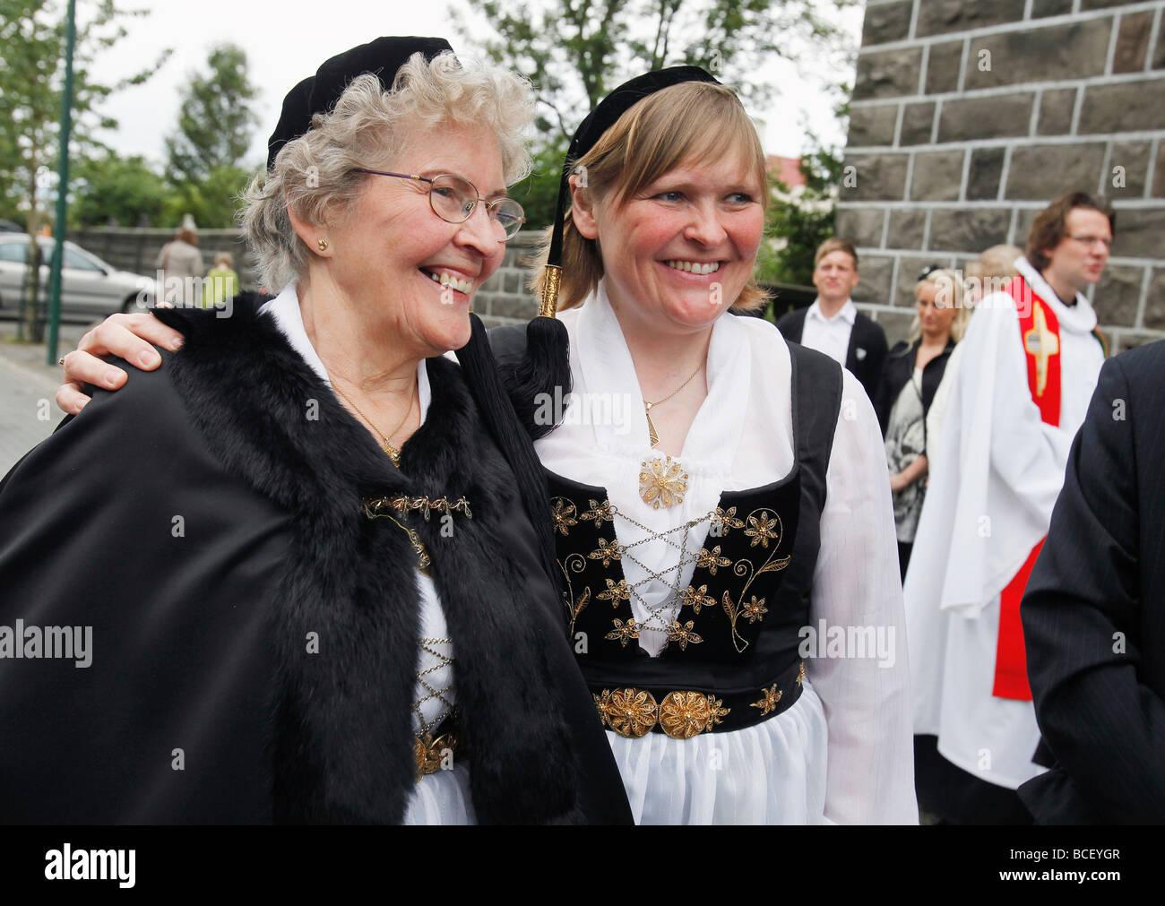 Le donne in islandese tradizionale abito dopo il servizio for Onorevoli donne