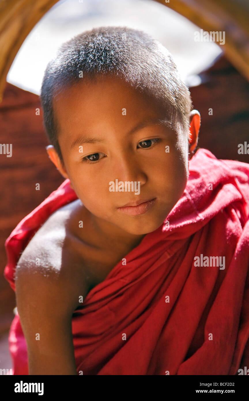 Myanmar. La Birmania. A Nyaung shwe. Un giovane monaco novizio nella metà del XIX secolo Shwe Yaunghwe monastero. Immagini Stock