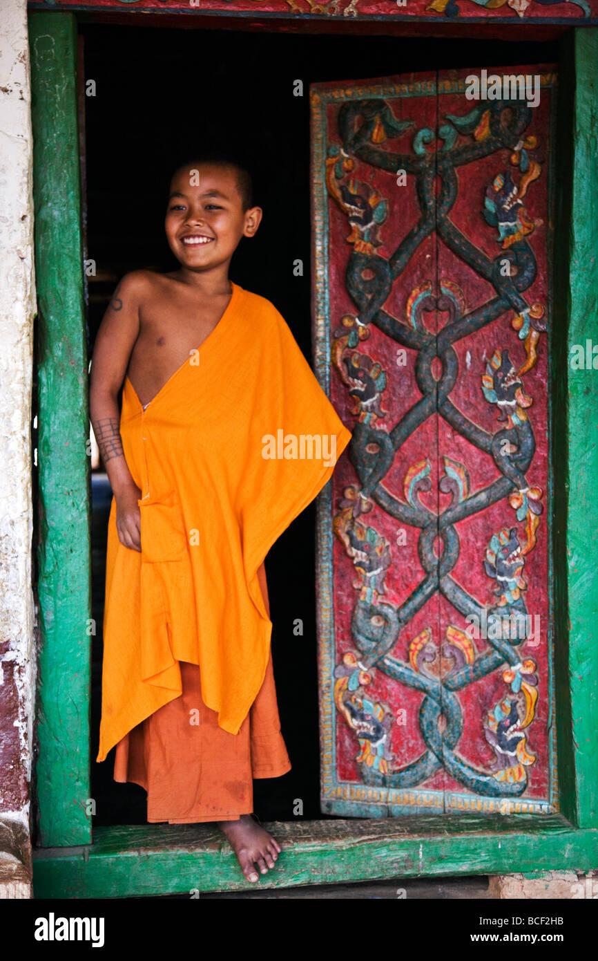 Myanmar Birmania, divieto-lo. Un giovane monaco novizio a porte scolpite di Ban-lo monastero fuori Kengtung. Immagini Stock