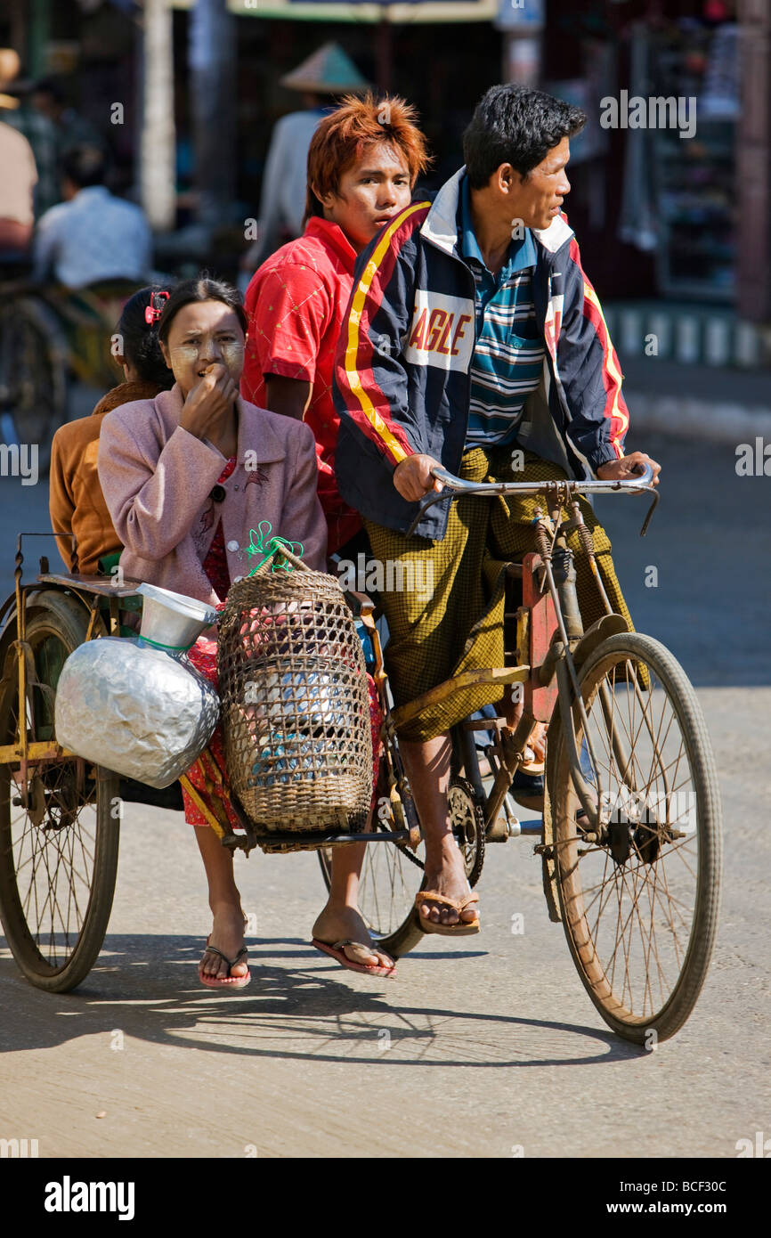 Myanmar Birmania, Stato di Rakhine, Sittwe. Una bicicletta taxi, noto come un riscio', è un conveniente Immagini Stock