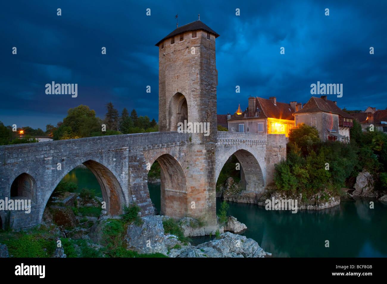 Ponte fortificato al di sopra del Gave de Pau Orthez, Pyrenees-Atlantiques, Aquitaine, Francia Immagini Stock