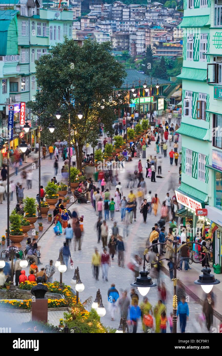 India, Sikkim, Gangtok, Mahatma Gandi Marg - MG Marg, la strada principale dello shopping Immagini Stock