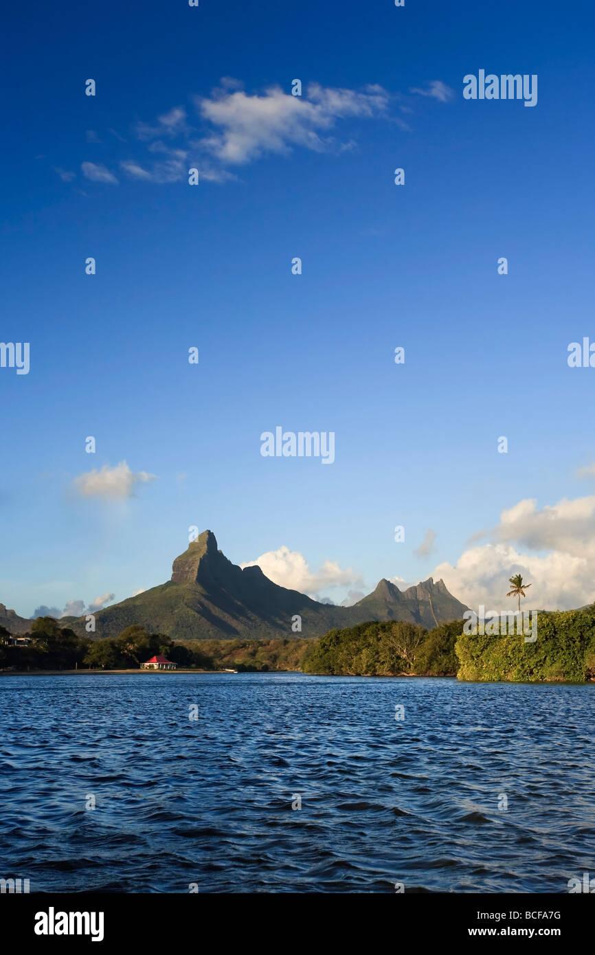 Tamarin Bay con Trois Mamelles e Montagne du Rempart, Mauritius, Oceano Indiano Immagini Stock