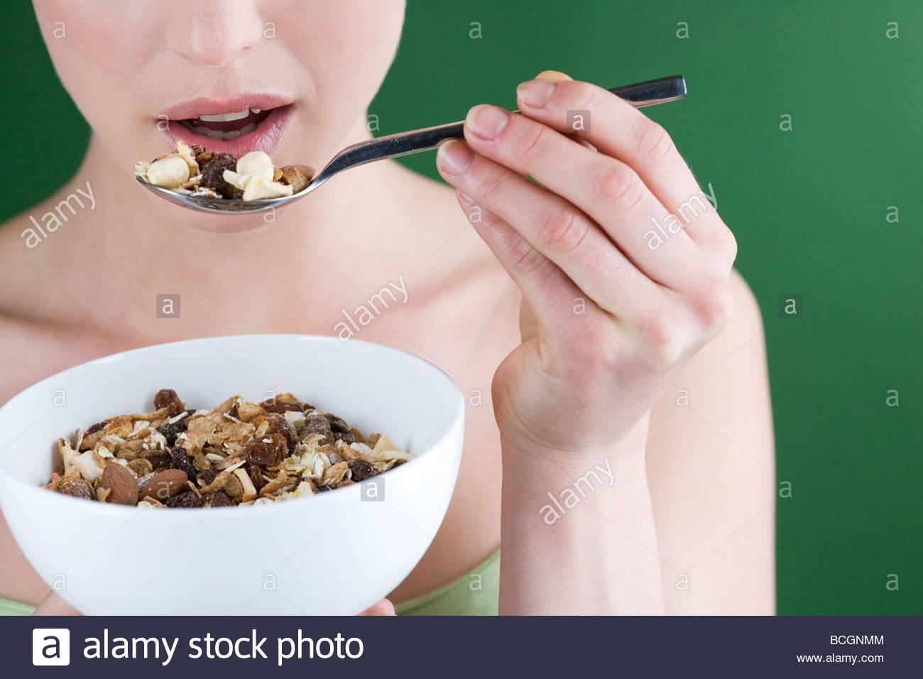 Una donna di mangiare muesli, close-up Immagini Stock