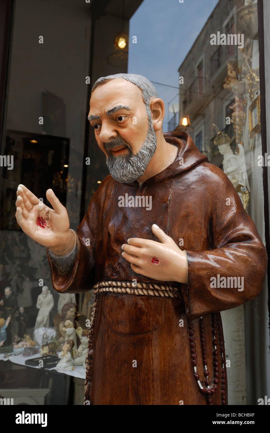 Monte Sant' Angelo Puglia Italia Gargano la statua di Padre Pio che mostra le stimmate sulle mani Immagini Stock