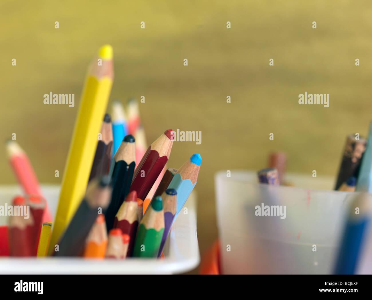 Matite colorate in vasi di scuola Immagini Stock