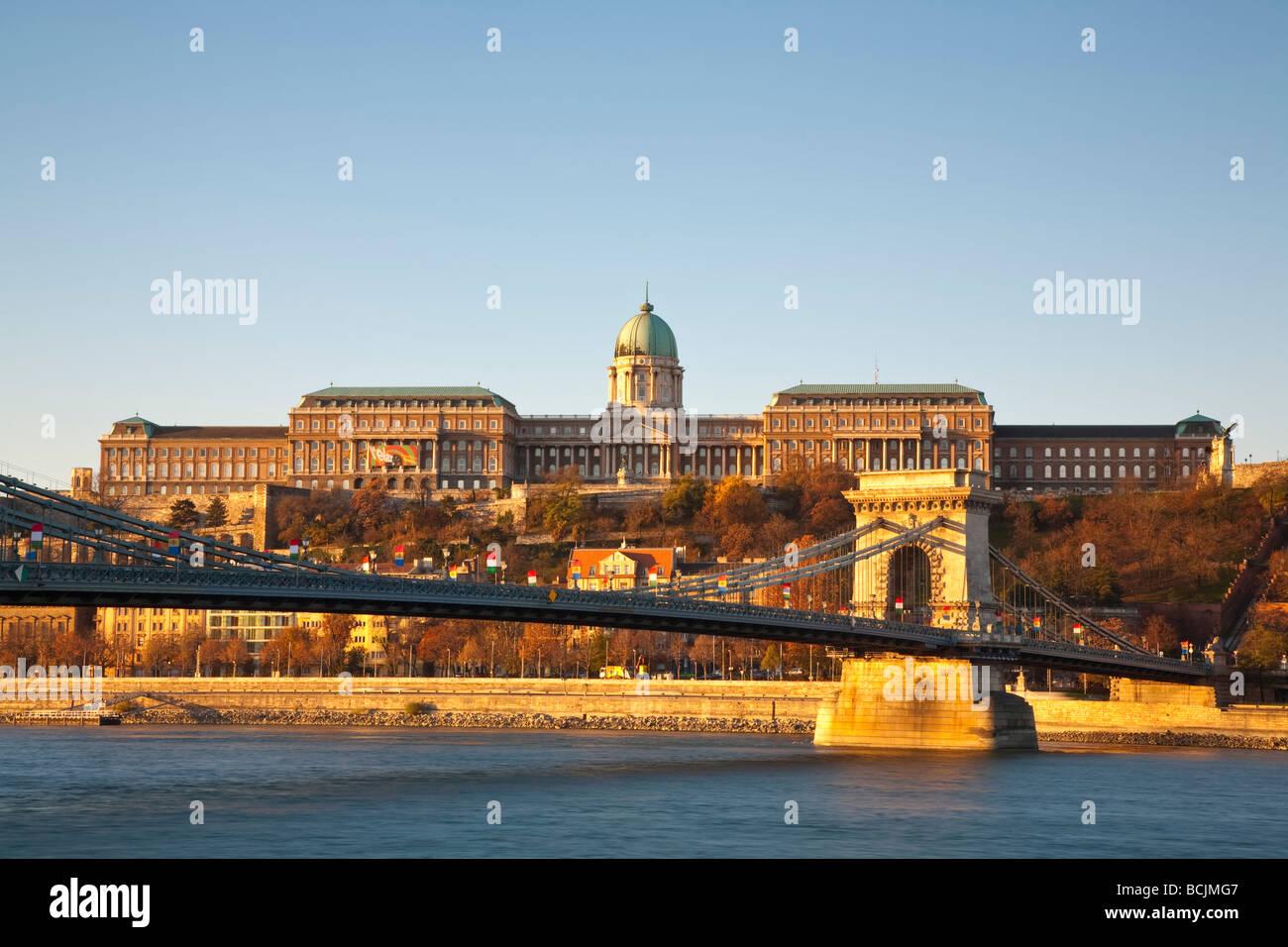 Il Ponte delle catene e Palazzo Reale sulla Collina del Castello, Budapest, Ungheria, RF Foto Stock
