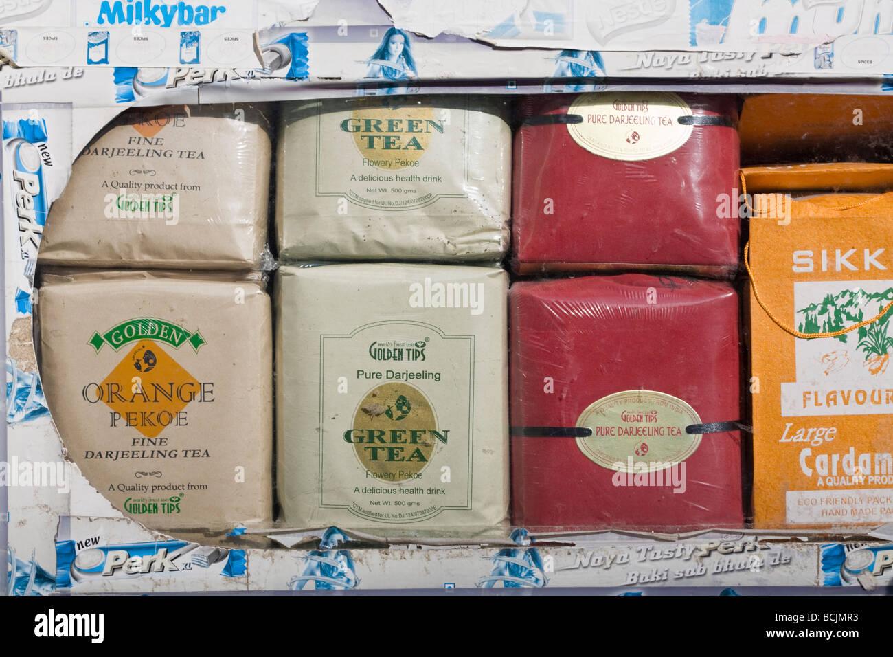 India, Sikkim, Gangtok, Mahatma Gandi Marg, MG Marg, Gangtok, la principale strada dello shopping, tè in vendita Immagini Stock