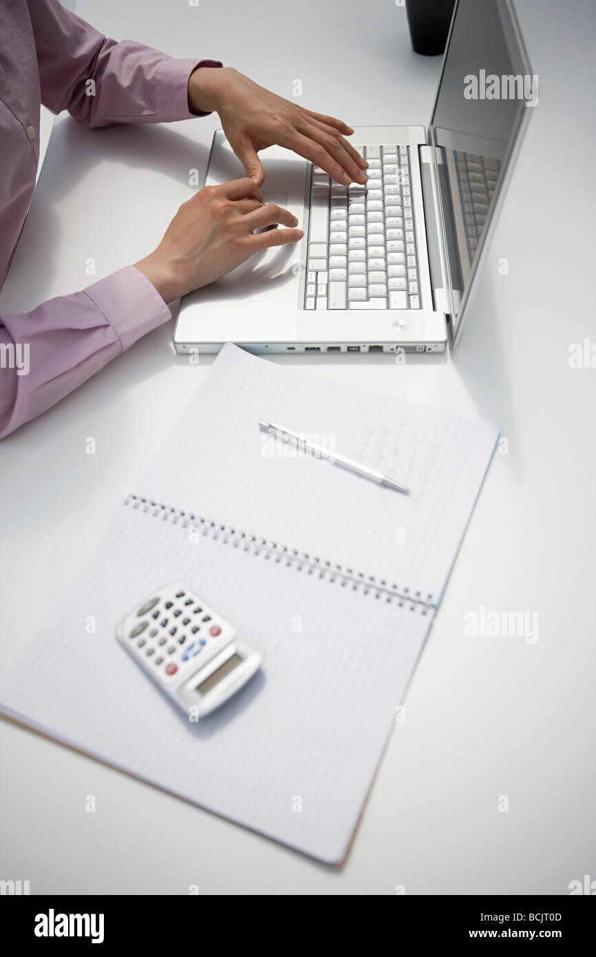 Immagine ritagliata di una imprenditrice a scrivania Immagini Stock