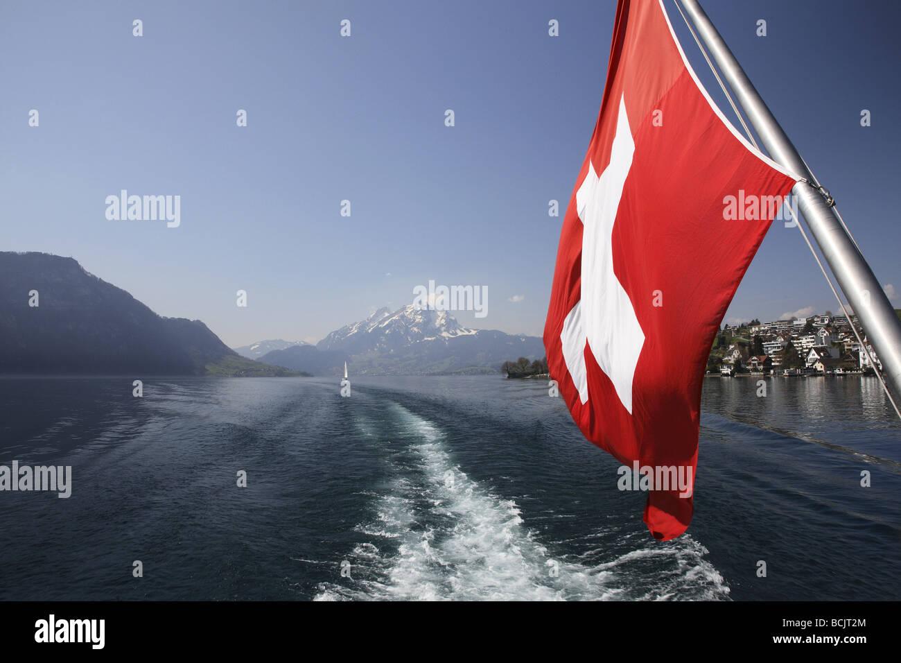 Il lago di Lucerna e bandiera svizzera Immagini Stock