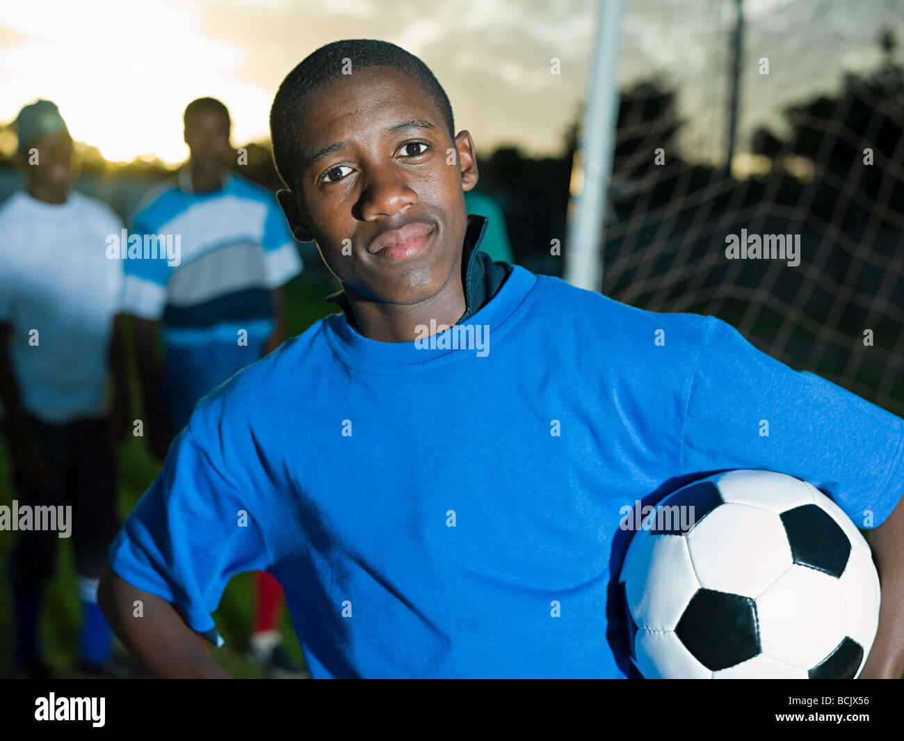 Teenage ragazzo africano con il calcio Immagini Stock