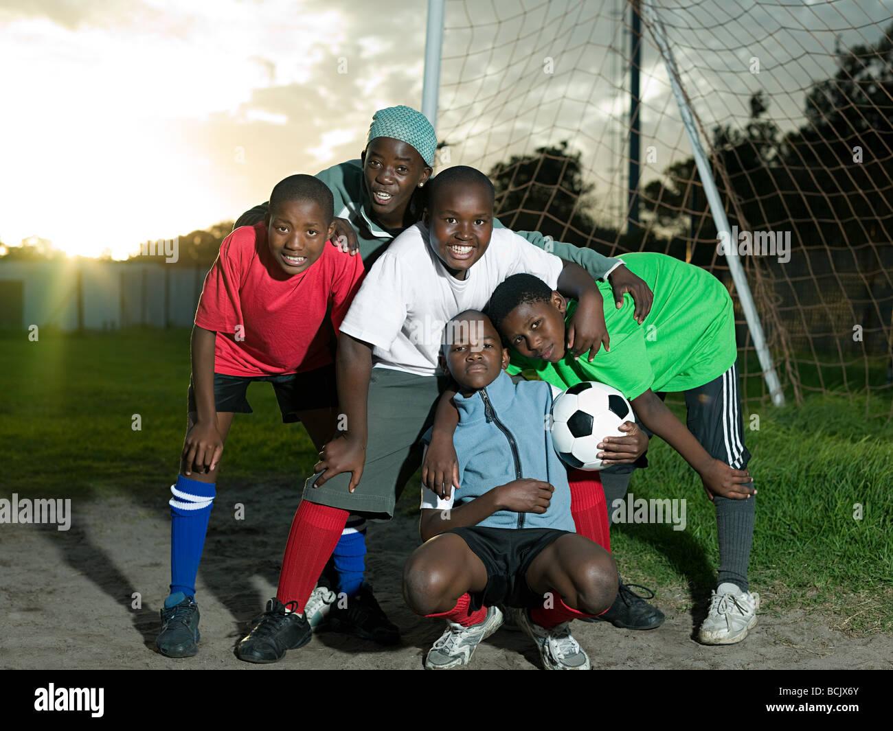 Un gruppo di ragazzi adolescenti con il calcio Immagini Stock
