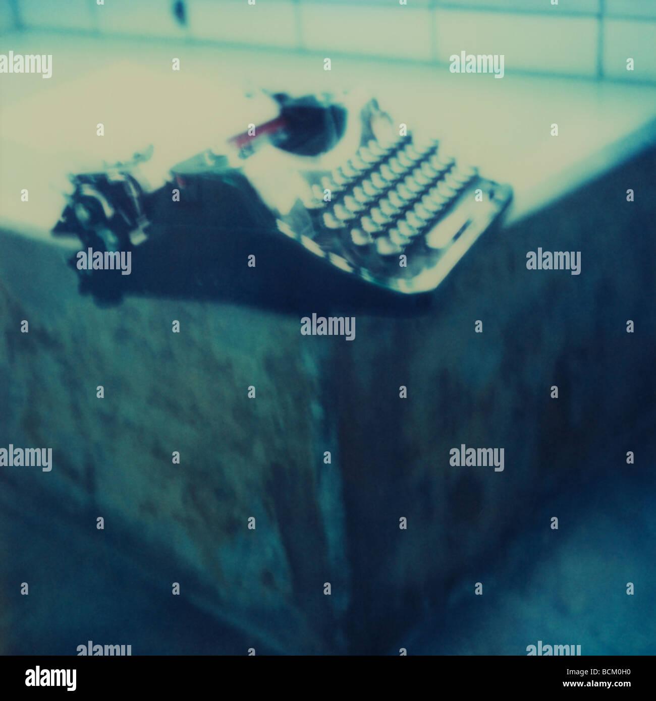 Nastri inchiostratori per macchine da scrivere sul bordo della vasca da bagno Immagini Stock