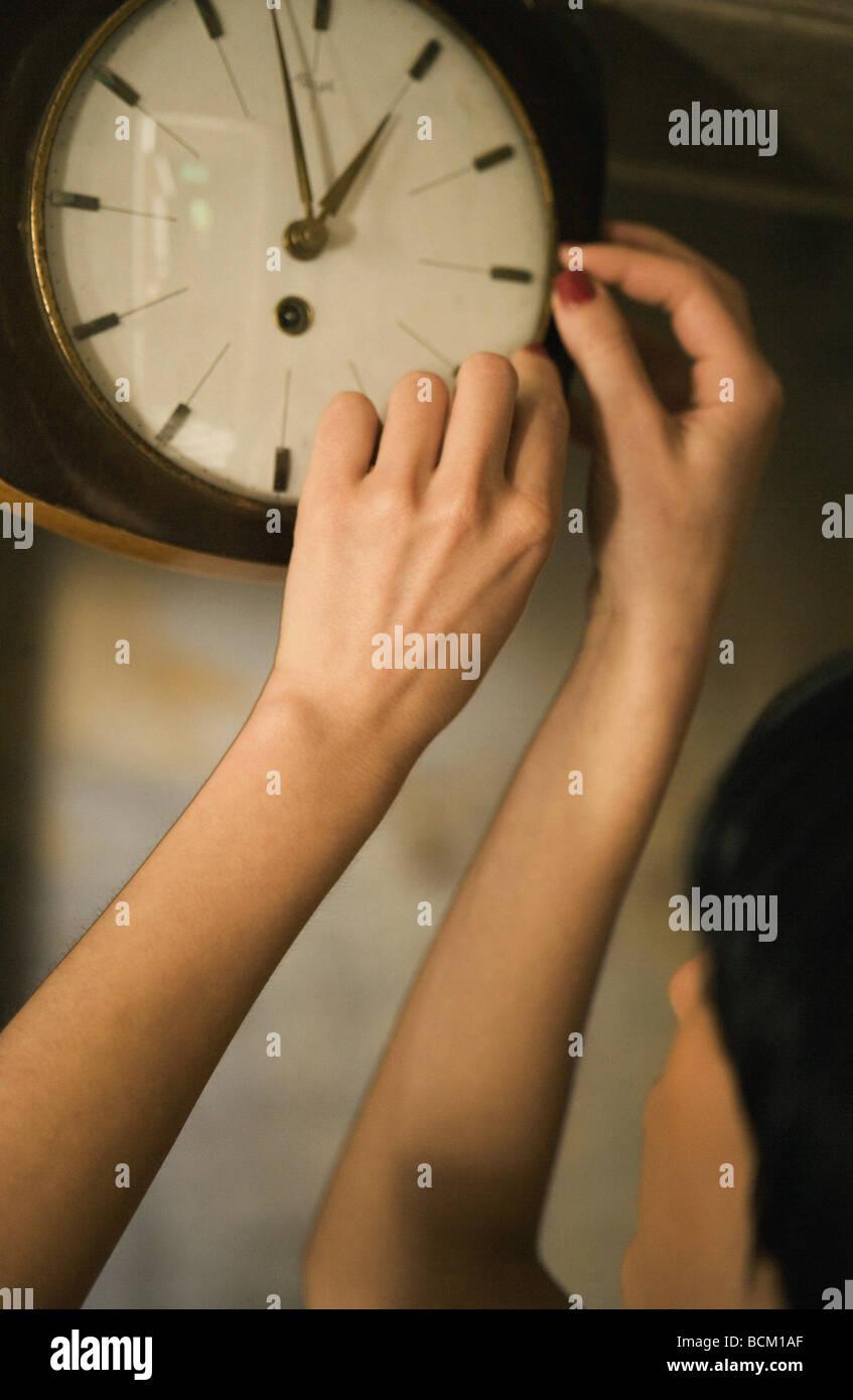 Donna orologio regolazione, vista ritagliata Immagini Stock