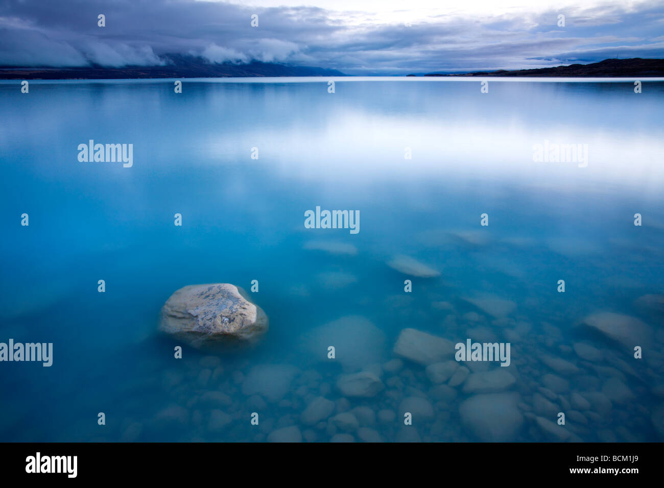Il glaciale Lago Pukaki fino all'alba canterbury isola del sud della Nuova Zelanda aprile 2007 Immagini Stock