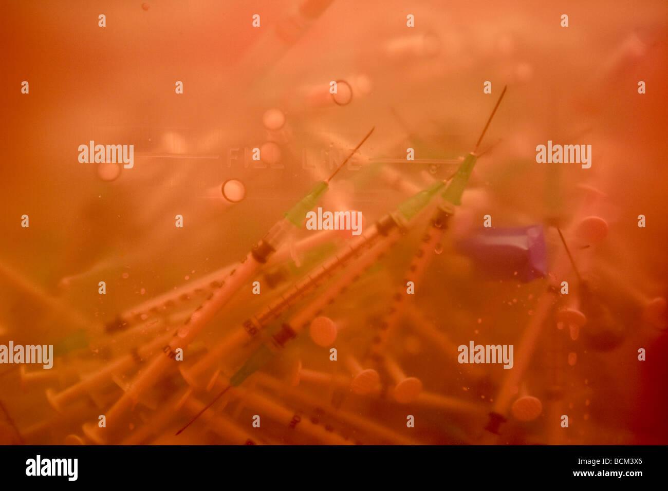 Svuotare siringhe in un laboratorio di scienze Immagini Stock