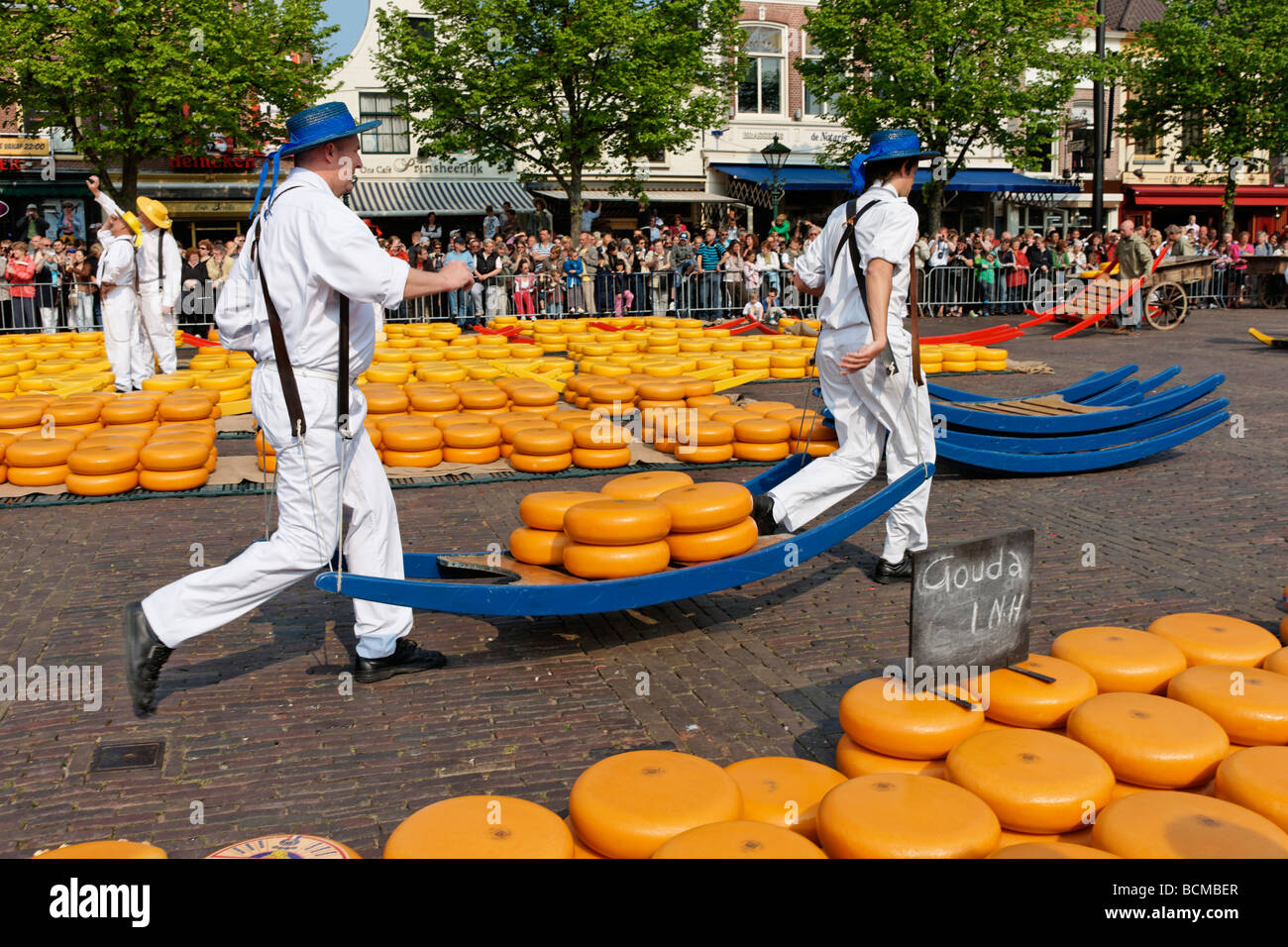 Formaggio portanti a Alkmaar Cheesemarket, Alkmaar, North Holland, Paesi Bassi. Immagini Stock