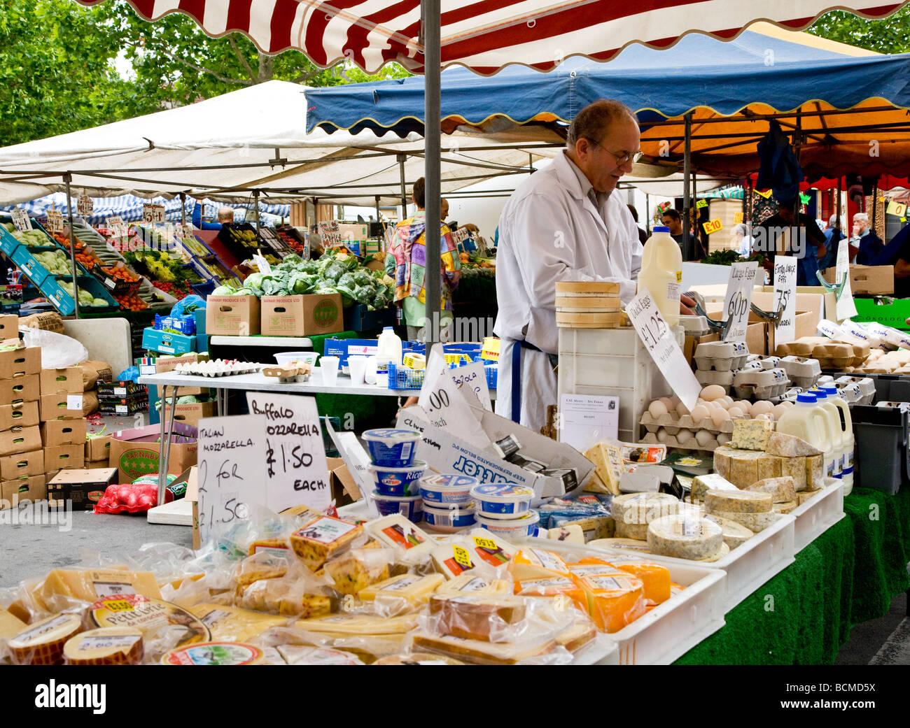 Un caseificio in stallo al giovedì famer s mercato nel tipico mercato inglese comune di Devizes Wiltshire, Immagini Stock