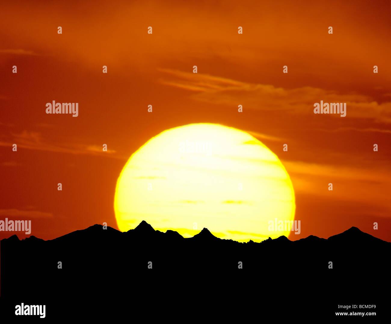 Teleobiettivo con fotografia del tramonto di grandi dimensioni e le montagne Immagini Stock