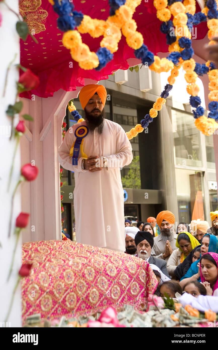 2009 Sfilata SIkh in New York CIty sikh pregare presso una strada alter prima dell' inizio della sfilata Immagini Stock