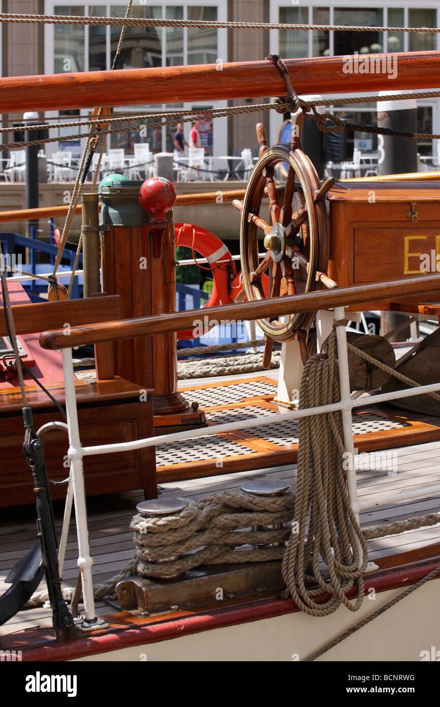 Ponte della Tall Ship Europa. Ruota, montante e linee di ormeggio. Foto Stock