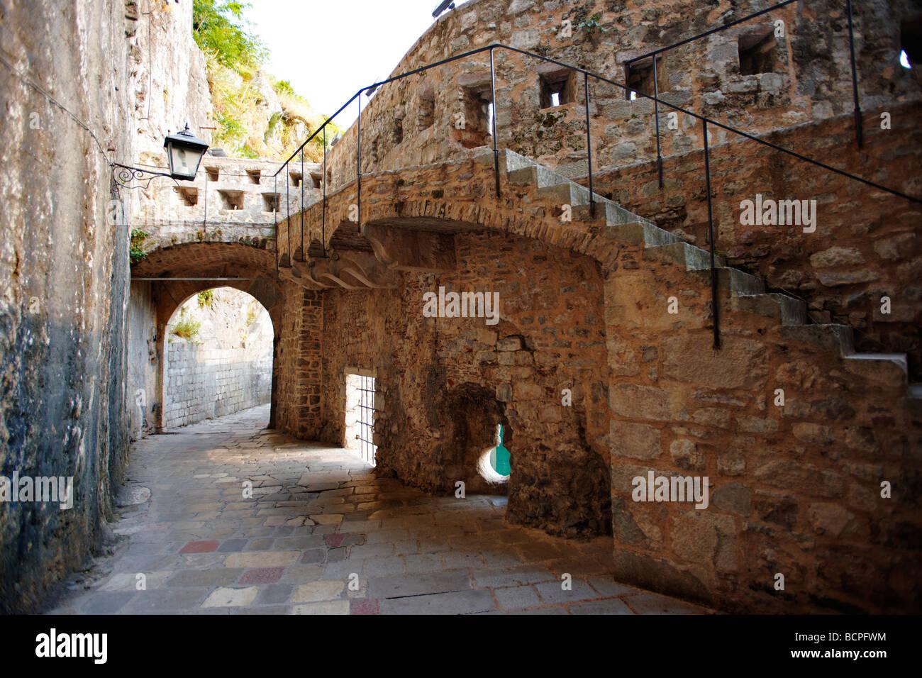 Vecchie mura medievali e gate - Kotor - Montenegro Immagini Stock