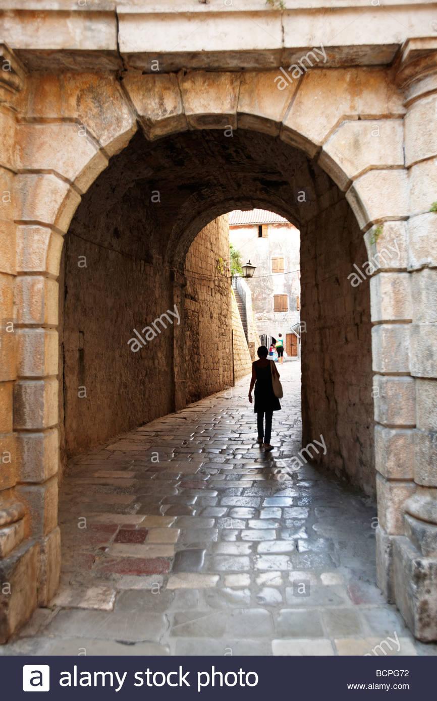 Vecchie mura medievali e gate Kotor Montenegro Immagini Stock