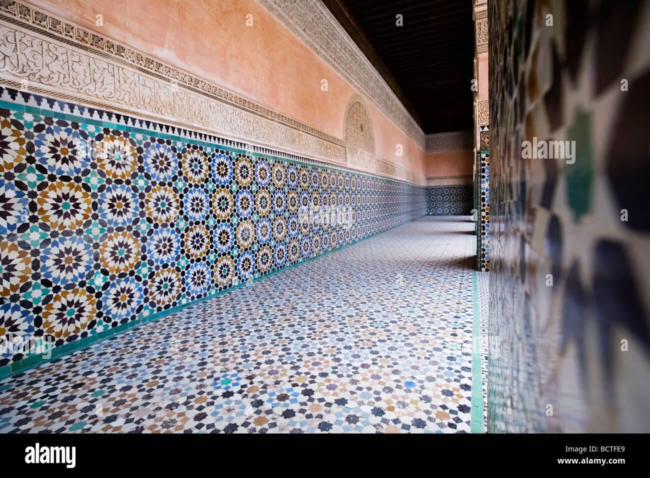 Architettura islamica a Ben Youssef Medersa (Ben Yussuf Medressa) in Marrakech città vecchia (Medina), il Marocco. Immagini Stock
