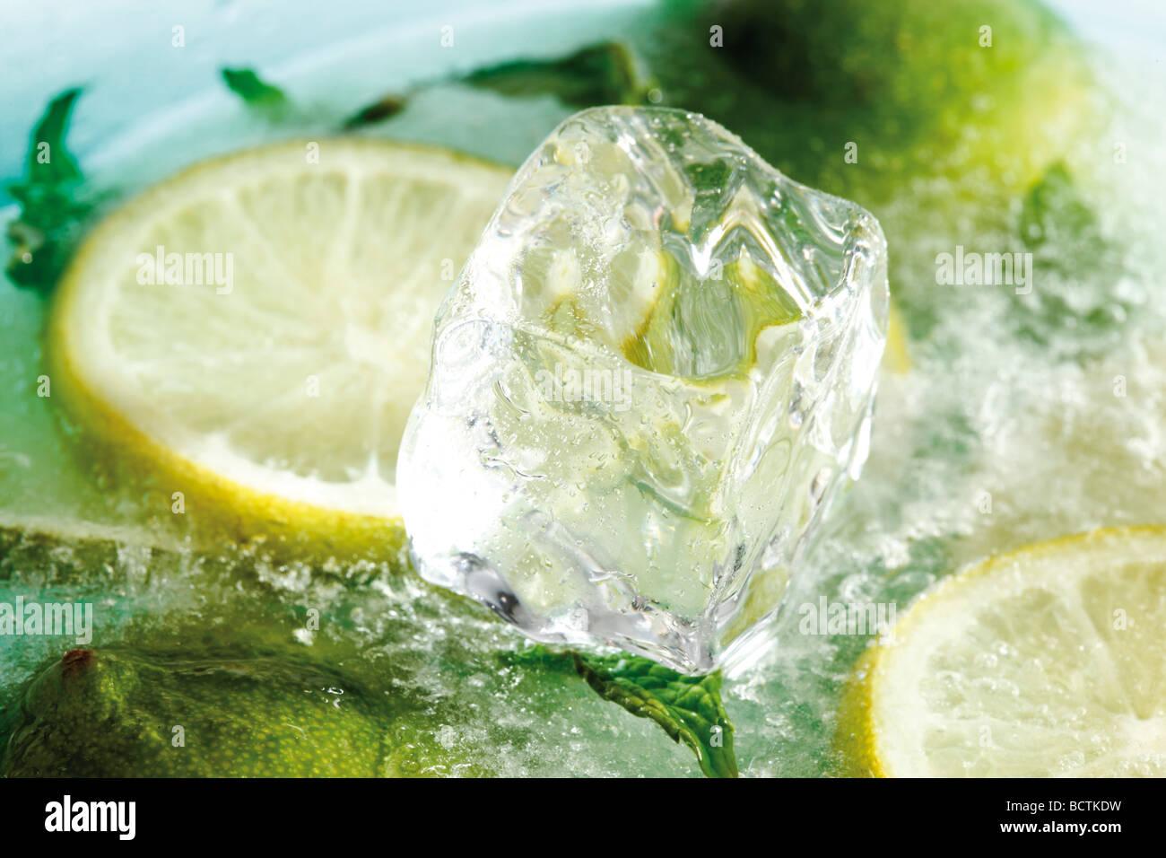 Congelate le fette di limone, fettine di lime e i cubetti di ghiaccio Immagini Stock