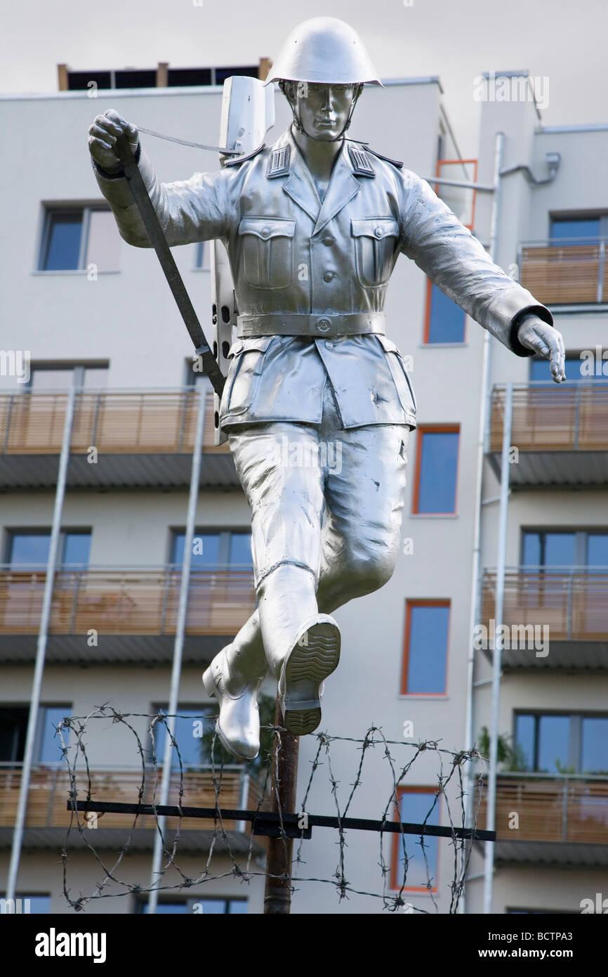 Monumento al confine tedesco-orientale guard Conrad Schumann, Bernauer Strasse, Berlino, Germania Foto Stock