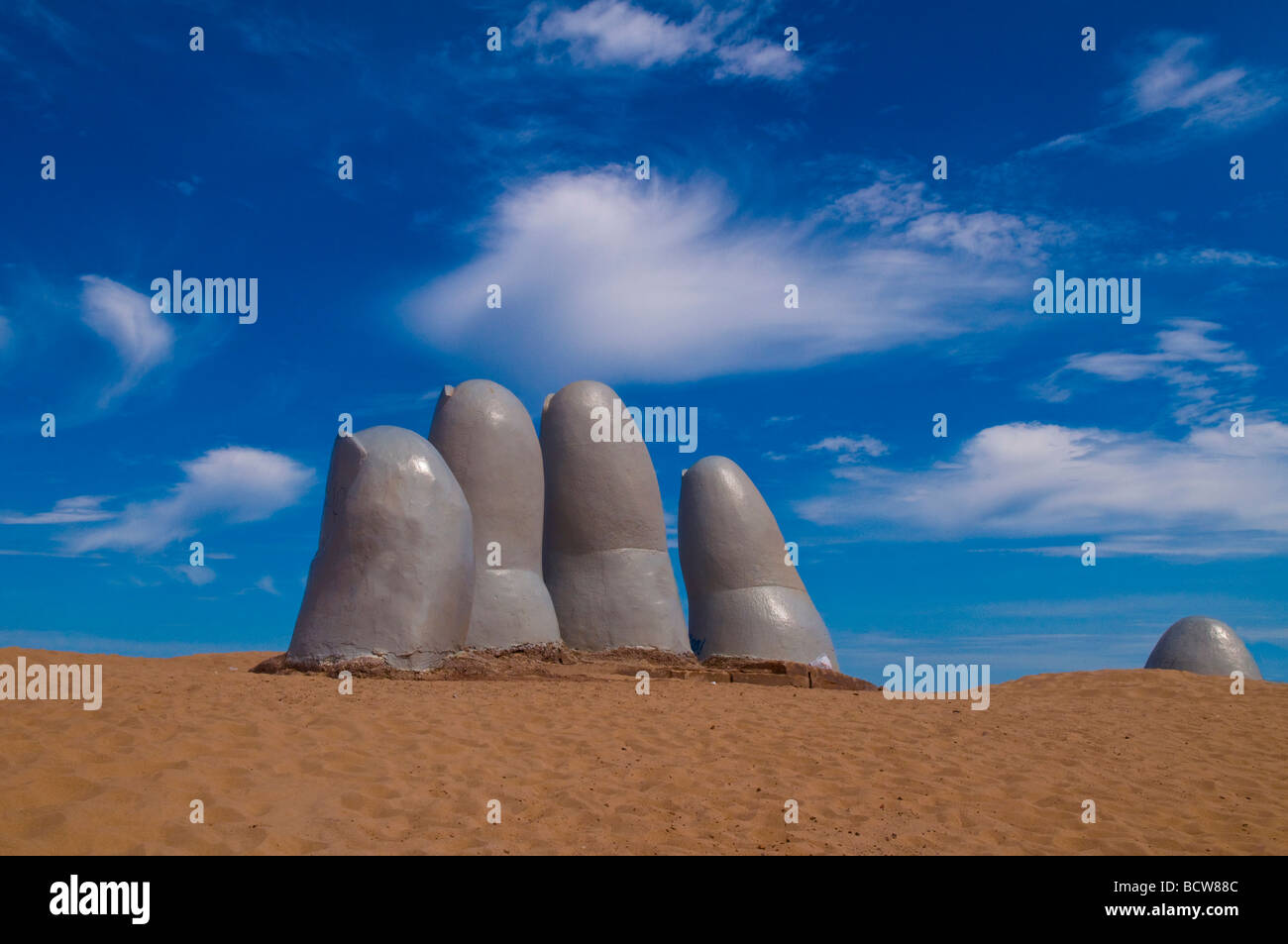 La mano di una celebre scultura a Punta del Este Uruguay Immagini Stock