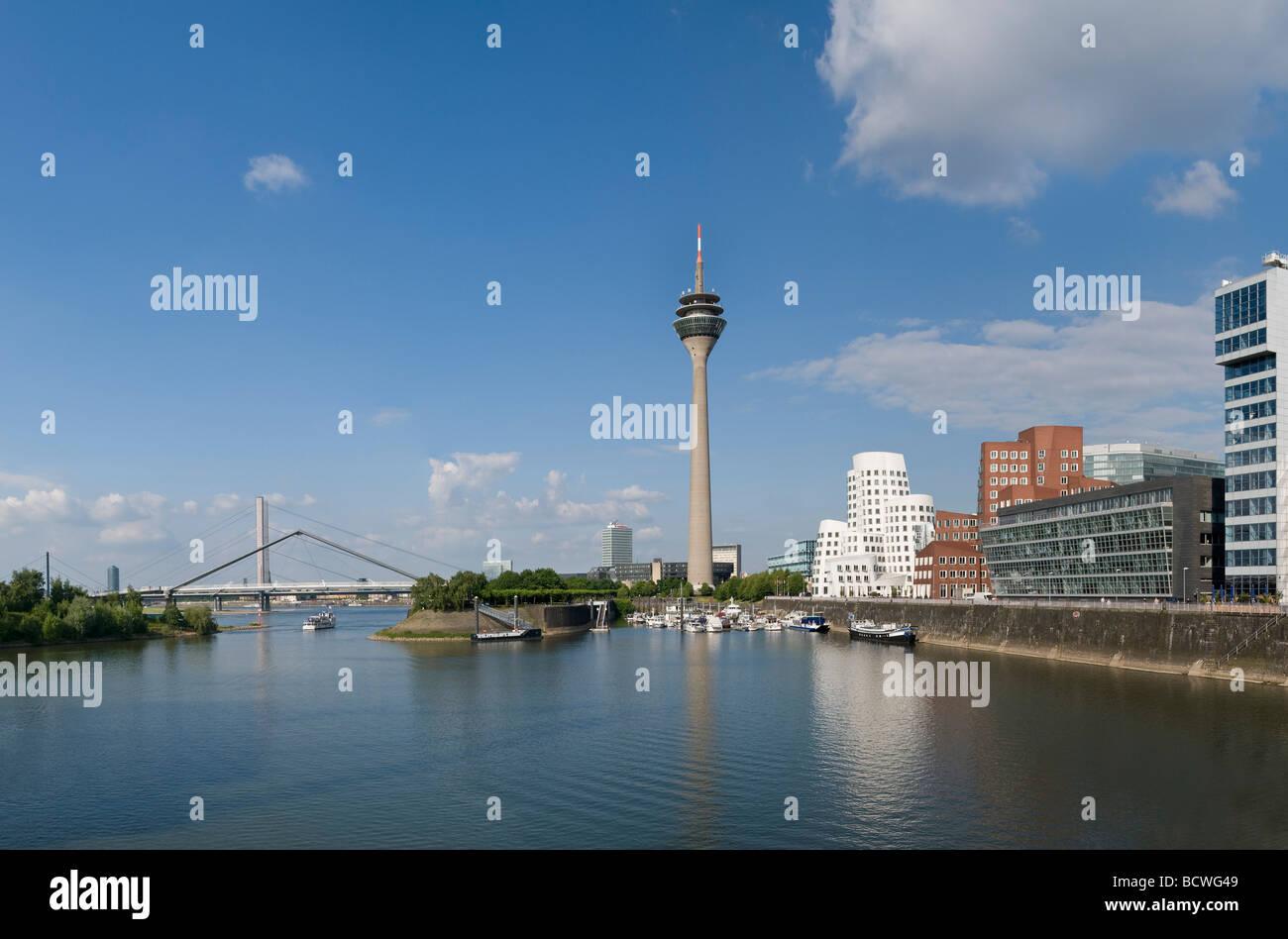 Vista panoramica, Duesseldorf Medienhafen media port, Neuer Zollhof con 'Dancing edifici per uffici' da Immagini Stock
