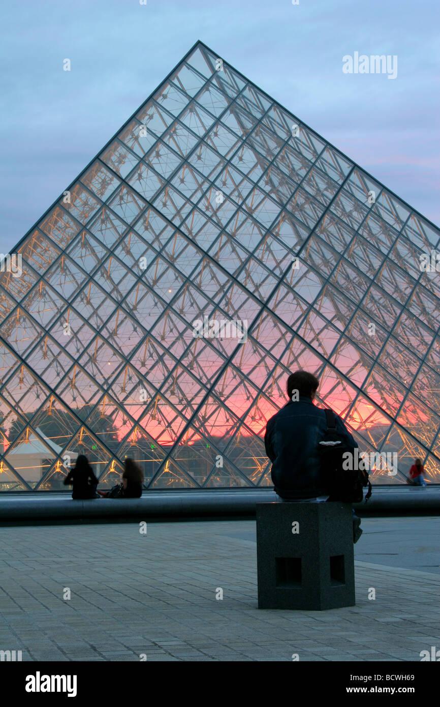 La piramide del Louvre - Paris - tramonto Immagini Stock