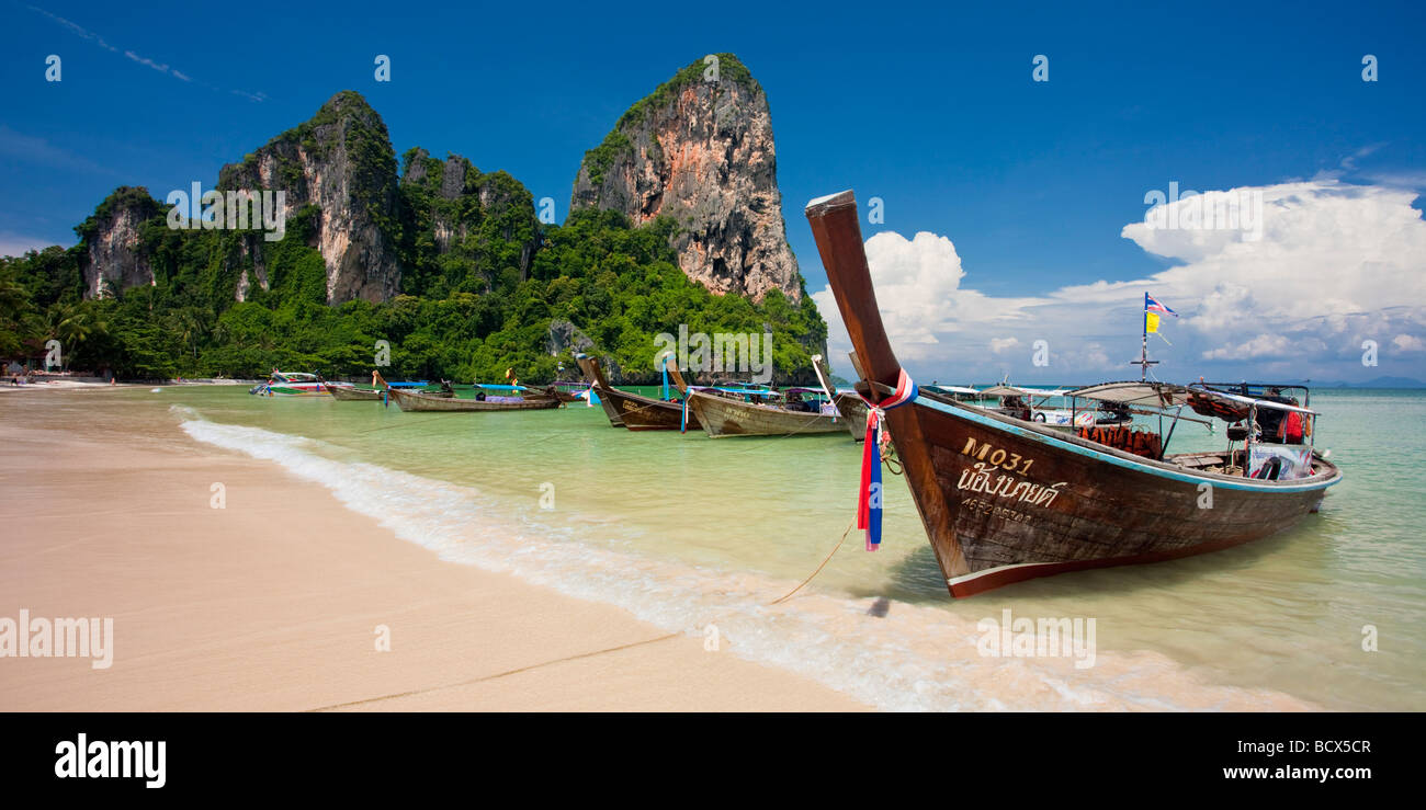 Longtail barche allineate su Railay Beach, Tailandia Immagini Stock